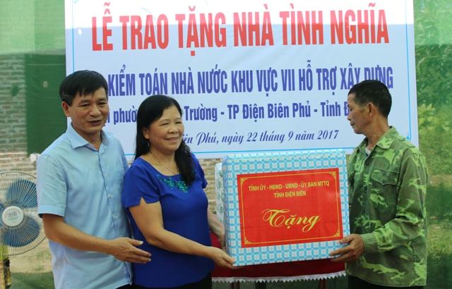 Đại diện lãnh đạo tỉnh Điện Biên trao tặng quà cho gia đình chính sách ông Nông Văn Công