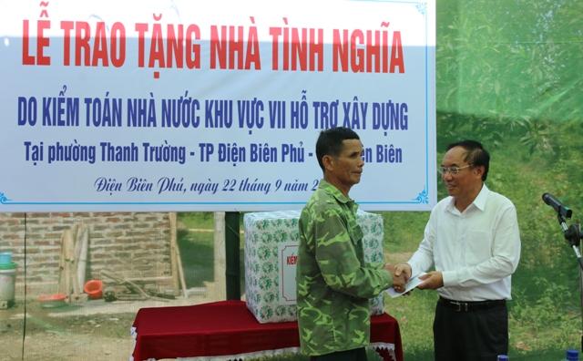 Phó tổng Kiểm toán nhà nước Đào Xuân Tiên trao tặng quà cho gia đình chính sách ông Nông Văn Công