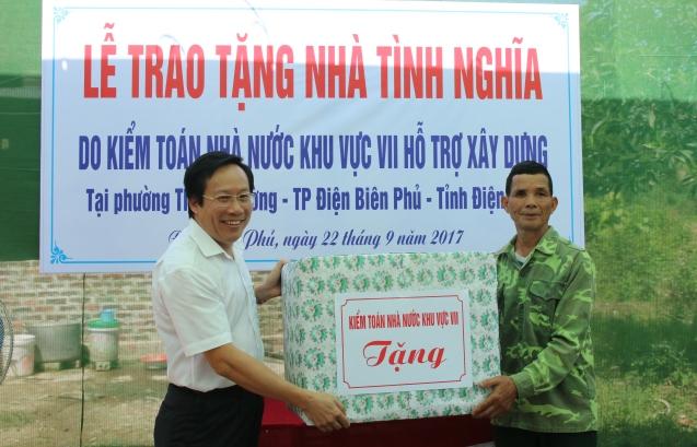 Kiểm toán trưởng KTNN Khu vực 7 trao quà cho gia đình chính sách ông Nông Văn Công