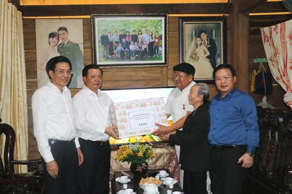 Đoàn công tác thăm và tặng quà cho hộ gia đình tái định cư ông Khoàng Văn Khoát
