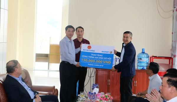 Tổng công ty Bảo hiểm Bảo việt Việt Nam trao tặng cho Thị xã Mường Lay số tiền 150 triệu đồng dành cho các công trình an sinh xã hội