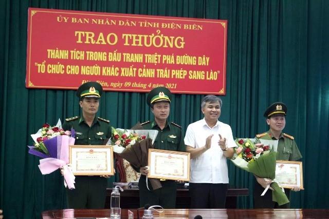 VPUB - Trao thưởng cho các lực lượng triệt phá thành công 2 đường dây tổ chức xuất cảnh trái phép