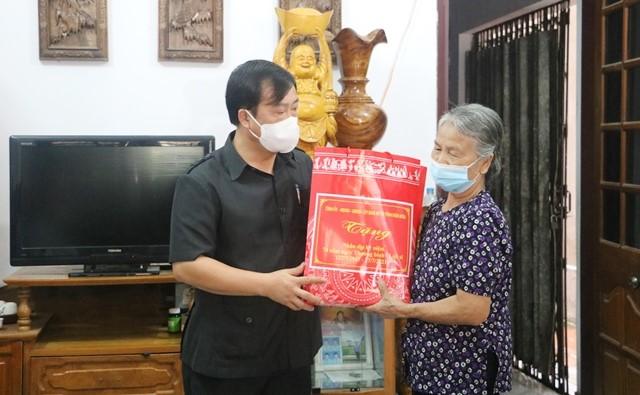 VPUB - Đồng chí Vừ A Bằng, Phó Chủ tịch UBND tỉnh thăm và tặng quà gia đình chính sách